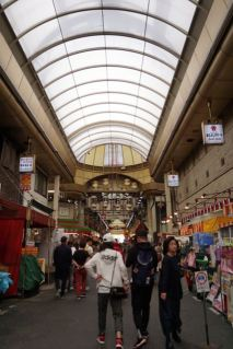 Crowd starting to settle in Kuromon Ichiba Market