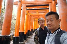 Taking a wefie at the torii gates in Fushimi Inari-Taishi