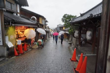 The streets outside Kiyomizu-dera